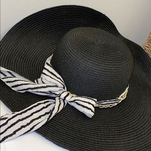 Black Ellen Tracy sun hat with accent scarf 👒